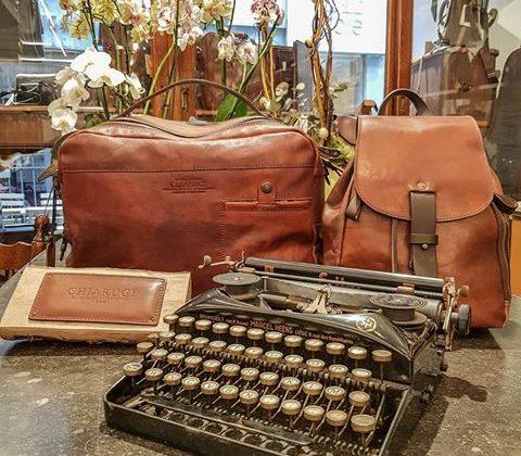 sac portefeuille et machine à écrire